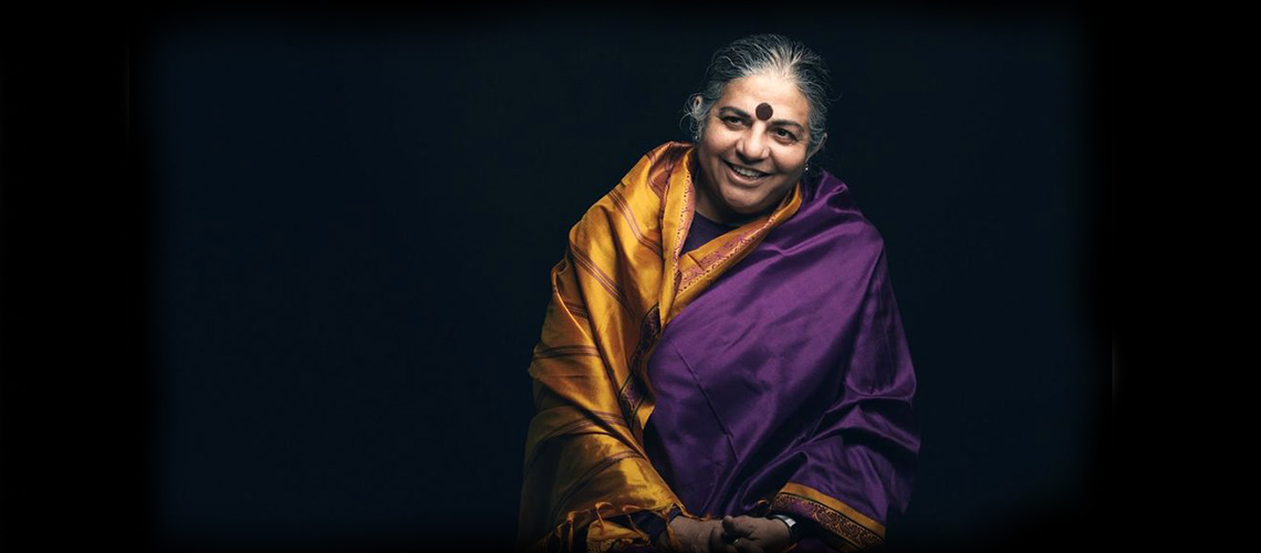 Las mujeres hacen todo el trabajo creativo: Vandana Shiva explica el ecofeminismo