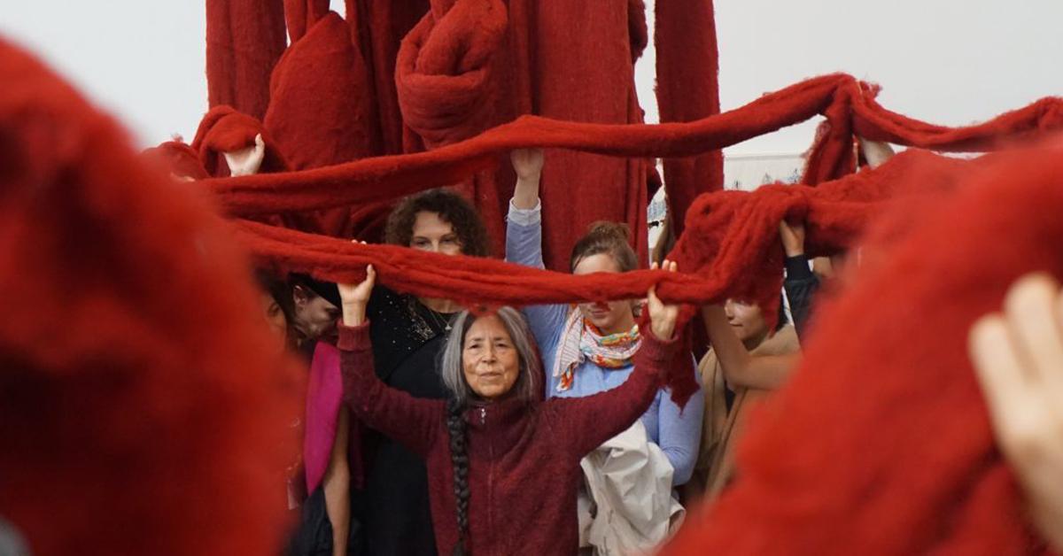 Arte y política conviven en la obra de Cecilia Vicuña